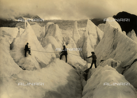FVQ-F-088979-0000 - Three alpinists on the serac of the low part of Bossons Glacier