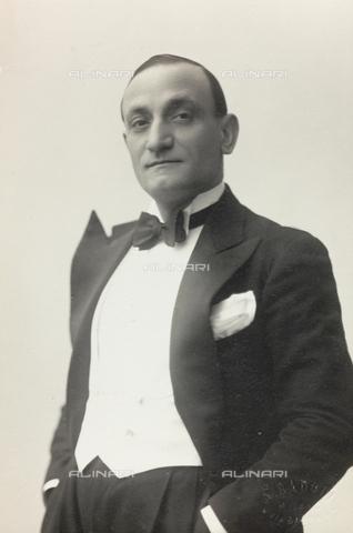 """FVQ-F-089185-0000 - Portrait of a man; the support contains the indication """"Renato Turchi"""" - Data dello scatto: 1930-1940 - Archivi Alinari, Firenze"""