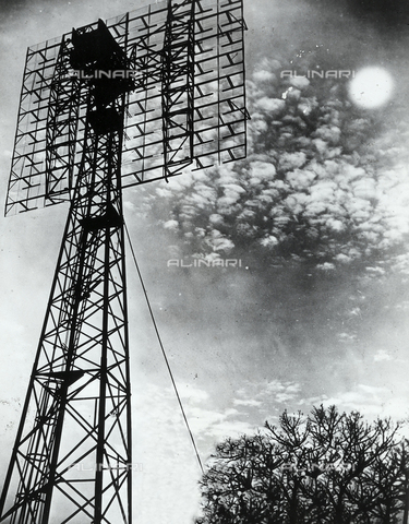 FVQ-F-095161-0000 - La foto raffigura una doppia antenna, fotografata a Belmar (New Jersey). L'apparecchio, rivolto verso la luna serviva a poter captare i deboli echi dei primi impulsi radar di ritorno dalla luna. - Data dello scatto: 1950 ca. - Archivi Alinari, Firenze