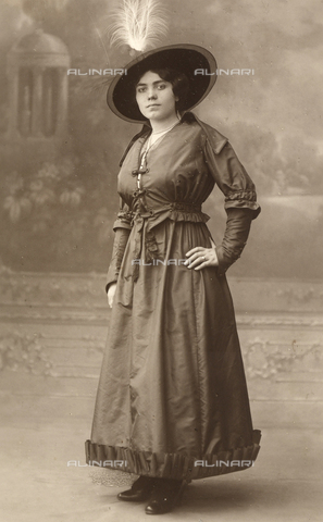 FVQ-F-095234-0000 - Full-length female portrait - Date of photography: 1916 - Fratelli Alinari Museum Collections, Florence