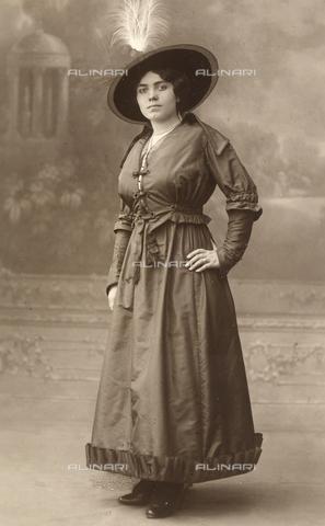 FVQ-F-095234-0000 - Full-length female portrait - Data dello scatto: 1916 - Archivi Alinari, Firenze