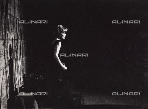 "FVQ-F-105710-0000 - Marisa Fabbri during the recital of singing and poetry ""Hope is alive"" - Data dello scatto: 1963-1964 - Archivi Alinari, Firenze"