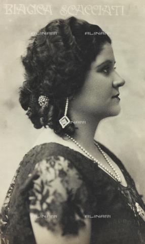 FVQ-F-116941-0000 - Portrait of the Italian soprano Bianca Scacciati, postcard - Data dello scatto: 1917-1927 - Archivi Alinari, Firenze