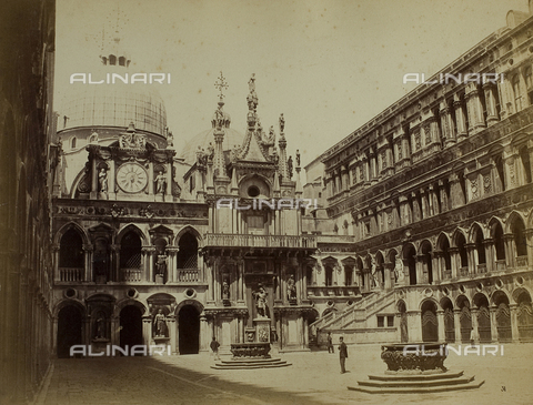 FVQ-F-118356-0000 - Animated view of the courtyard of Palazzo Ducale in Venice, with the façade of the Clock - Data dello scatto: 1865-1875 - Archivi Alinari, Firenze