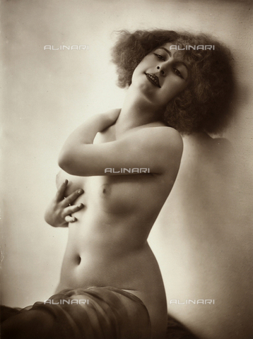 FVQ-F-118698-0000 - Nudo femminile: giovane donna seduta in un interno, appoggia le spalle a una parete. - Data dello scatto: 1920 ca. - Archivi Alinari, Firenze