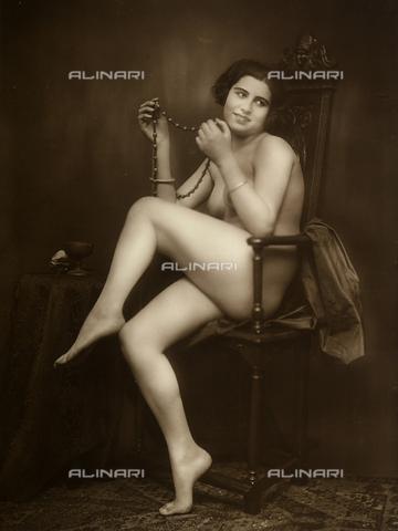 FVQ-F-118700-0000 - Nudo femminile: giovane donna seduta su una sedia, mostra una collana che tiene tra le mani. - Data dello scatto: 1920 ca. - Archivi Alinari, Firenze