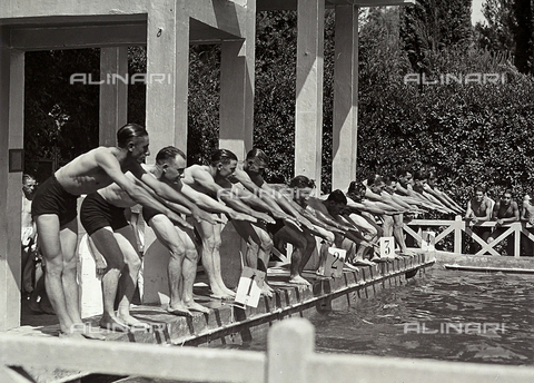 FVQ-F-119105-0000 - Amateur swimmers ready for diving, for the title of fast swimmer