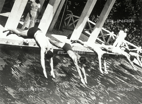 FVQ-F-119107-0000 - Swimming race start. Athletes are portrayed while diving