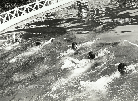 FVQ-F-119108-0000 - Swimming race