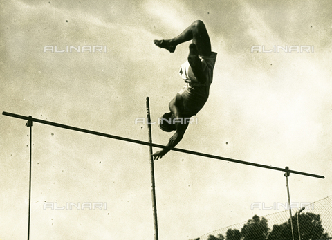 FVQ-F-119118-0000 - Athlete pole-vaulting