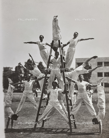 FVQ-F-119123-0000 - Athletes, of the Fascist Academy, take excercise in a coreographic gymnastic display, the pyramid with ladder