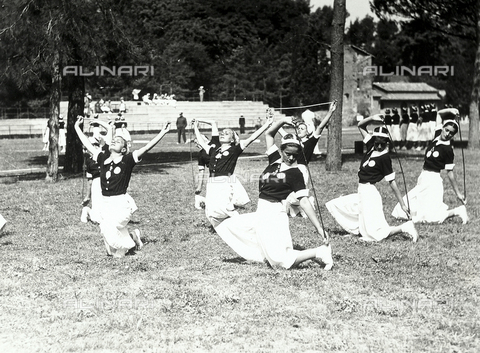 FVQ-F-119128-0000 - Athletes of the Fascist Academy, while taking rhythmic excercise with the rush rope