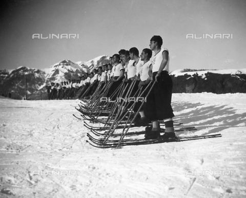 FVQ-F-119140-0000 - Cadet officers of the Fascist Academy of the Foro Mussolini on the snow fields