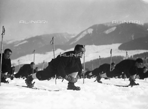 FVQ-F-119141-0000 - Cadet officers of the Fascist Academy of the Foro Mussolini on the snow fields.