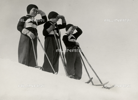 FVQ-F-119143-0000 - Three little fascists balilla dressed for skiing