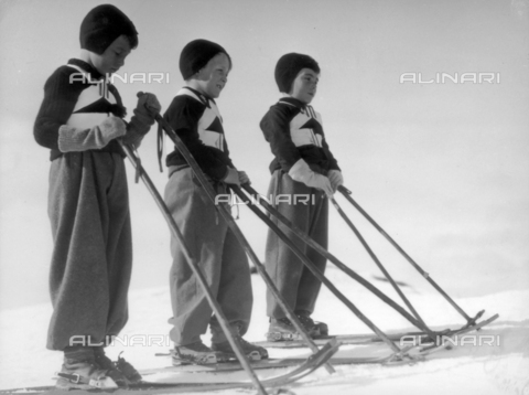 FVQ-F-119145-0000 - Children Figli della Lupa (Sons of the She Wolf), taking their first steps on the ski