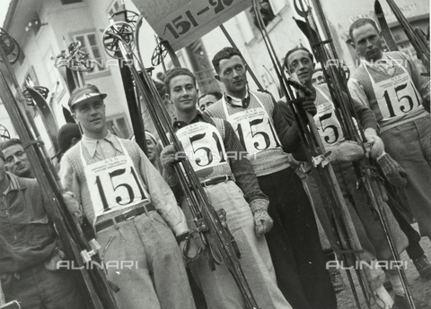 FVQ-F-119146-0000 - Portrait of a group of race skiers
