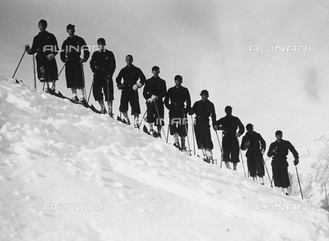 FVQ-F-119150-0000 - Portrait of a group of cadet officers of the Fascist Academy of the Foro Mussolini on the snow fields