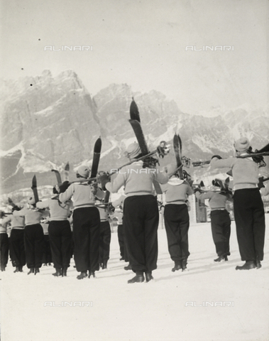 FVQ-F-119151-0000 - Female pupils of the Fascist Academy of the Foro Mussolini on the snow fields, while taking excercise