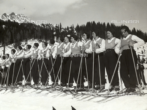 FVQ-F-119155-0000 - Female pupils of the Fascist Academy of the Foro Mussolini on the snow fields