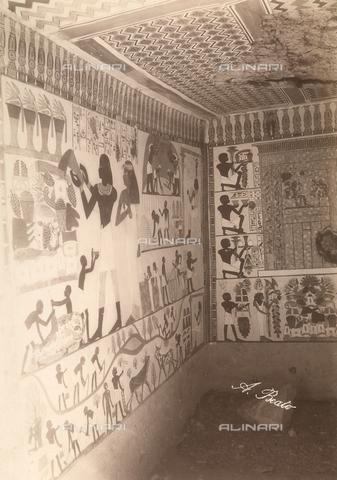 FVQ-F-121104-0000 - Particolare dell'interno della tomba di Nakht a Tebe Ovest, in Egitto, dipinta sotto il regno di Thutmosi IV. La parete a destra è decorata con un motivo a falsa-porta, davanti al quale venivano deposte le offerte per il defunto - Data dello scatto: 1870 - 1880 - Archivi Alinari, Firenze