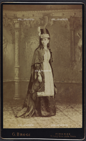 FVQ-F-132430-0000 - Florentine noble in historic costume, during the historic procession held in Florence in 1887, for the inauguration of the new façade of the Cathedral - Data dello scatto: 1887 - Archivi Alinari, Firenze