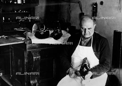 FVQ-F-137749-0000 - Calzolaio prepara diverse misure di pantofole per l'elezione del papa - Data dello scatto: 1939 - Archivi Alinari, Firenze
