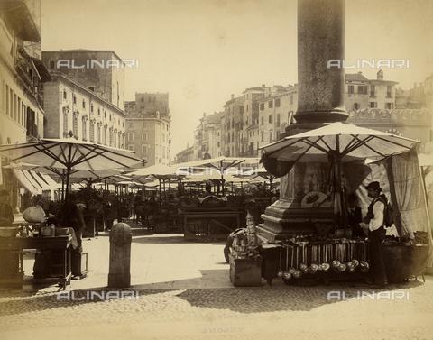 FVQ-F-138363-0000 - The market in Piazza delle Erbe in Verona - Data dello scatto: 1890 ca. - Archivi Alinari, Firenze