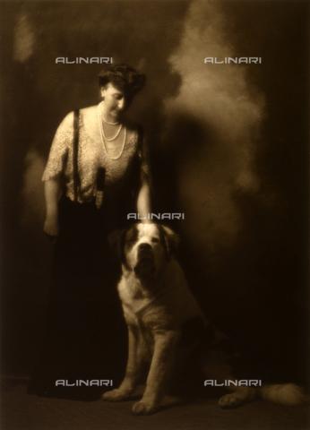 FVQ-F-140057-0000 - Ritratto di signora con cane - Data dello scatto: 1910 ca. - Archivi Alinari, Firenze