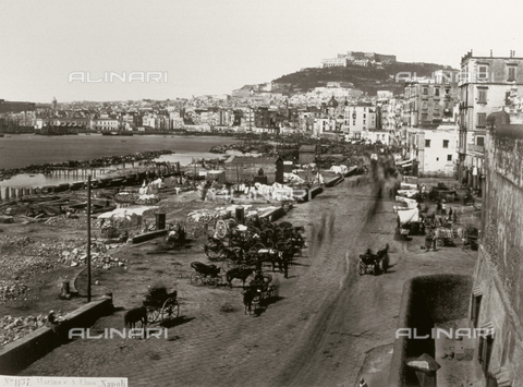 FVQ-F-141009-0000 - Panorama of the Gulf of Naples taken from the busy Via Marina Nuova. On the left run-down shacks built on the seashore, in the background Castel Sant'Elmo - Data dello scatto: 1860 ca. - Archivi Alinari, Firenze