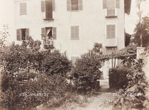 """FVQ-F-141453-0000 - Un gruppo di persone affacciate al balcone di una villa; il supporto reca indicato """"Villa Borello"""" - Data dello scatto: 1890-1900 - Raccolte Museali Fratelli Alinari (RMFA), Firenze"""