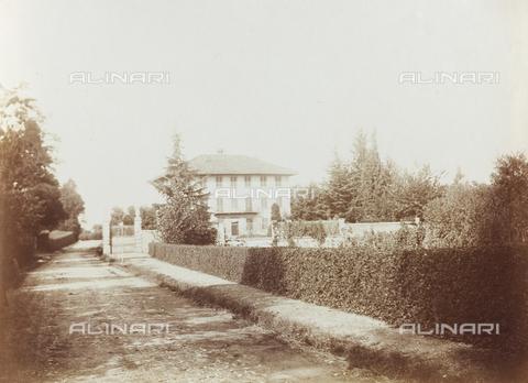"""FVQ-F-141458-0000 - Veduta di una villa; il supporto reca indicato """"Villa Cantù"""" - Data dello scatto: 1920-1930 - Raccolte Museali Fratelli Alinari (RMFA), Firenze"""