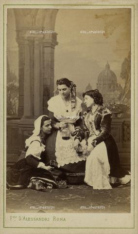 FVQ-F-143955-0000 - Gruppo di donne con vino, sullo sfondo Cupola di San Pietro, Roma - Data dello scatto: 1890 ca. - Raccolte Museali Fratelli Alinari (RMFA), Firenze
