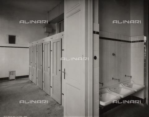 FVQ-F-145975-0000 - The bathrooms of a primary school in via Gattamelata, Milan - Data dello scatto: 1940-1945 - Archivi Alinari, Firenze