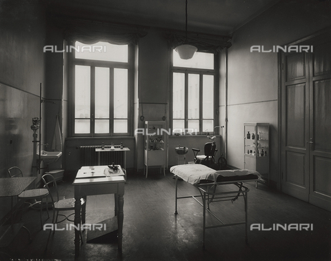 FVQ-F-145979-0000 - Medical cabinet of a primary school in via Gattamelata, Milan - Data dello scatto: 1940-1945 - Archivi Alinari, Firenze