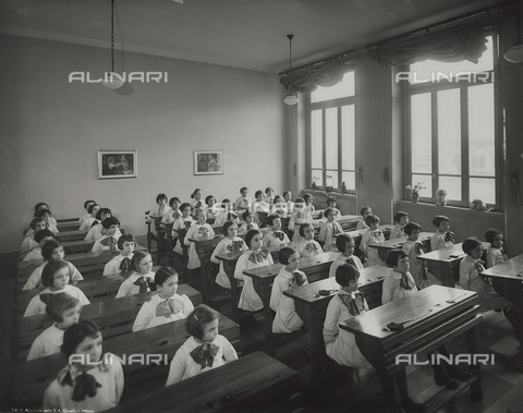 FVQ-F-145981-0000 - Students of a primary school in via Gattamelata, Milan - Data dello scatto: 1940-1945 - Archivi Alinari, Firenze