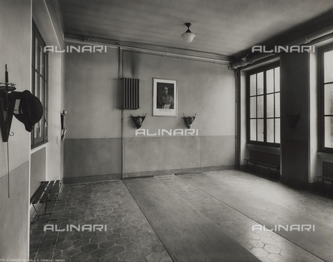 FVQ-F-145983-0000 - The fencing room of an elementary school in via Leonardo da Vinci, Milan; on the wall an image of Benito Mussolini - Data dello scatto: 1940-1945 - Archivi Alinari, Firenze