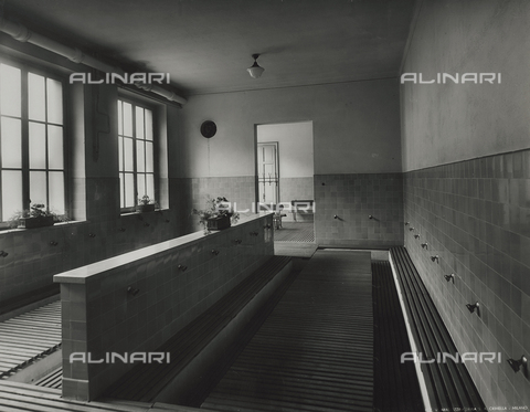 FVQ-F-145984-0000 - Showers of one elementary school in via Leonardo da Vinci, Milan - Data dello scatto: 1940-1945 - Archivi Alinari, Firenze