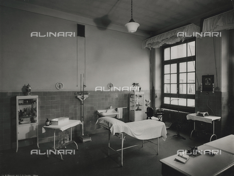 FVQ-F-145985-0000 - Medical cabinet of one elementary school in via Leonardo da Vinci, Milan - Data dello scatto: 1940-1945 - Archivi Alinari, Firenze