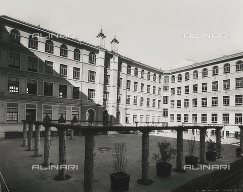 FVQ-F-145989-0000 - Courtyard of one elementary school in via Leonardo da Vinci, Milan - Data dello scatto: 1940-1945 - Archivi Alinari, Firenze