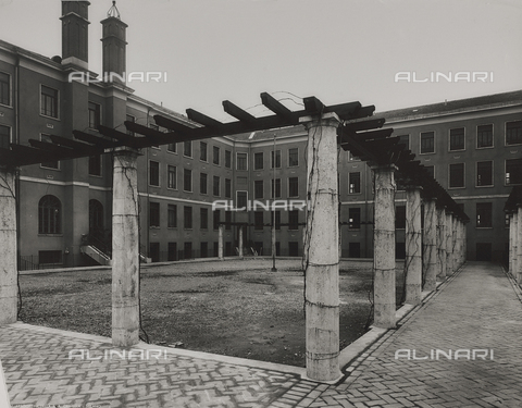 FVQ-F-145991-0000 - Courtyard of a school building, Milan - Data dello scatto: 1940-1945 - Archivi Alinari, Firenze
