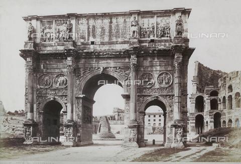 FVQ-F-147414-0000 - L'arco di Costantino e parte del Colosseo, nei Fori Imperiali, a Roma - Data dello scatto: 1890 ca. - Archivi Alinari, Firenze