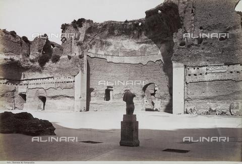 FVQ-F-147431-0000 - La palestra delle terme di Caracalla, a Roma. Un frammento di statua è collocato su un basamento - Data dello scatto: 1890 ca. - Archivi Alinari, Firenze