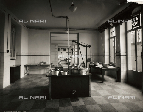 FVQ-F-149001-0000 - The kitchen of elementary school E. Tonoli in via Baggio, Milan - Data dello scatto: 1940-1945 - Archivi Alinari, Firenze