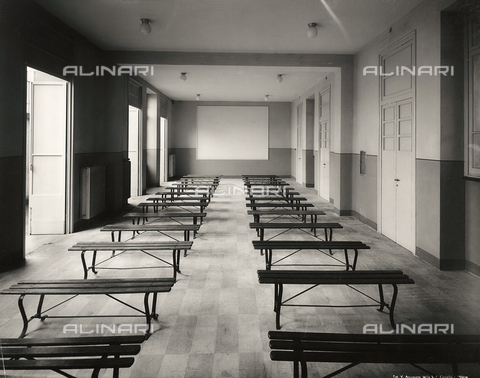 FVQ-F-149002-0000 - A classroom with benches in elementary school E. Tonoli in via Baggio, Milan - Data dello scatto: 1940-1945 - Archivi Alinari, Firenze