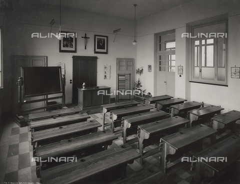 FVQ-F-149003-0000 - A classroom in the elementary school E. Tonoli in via Baggio, Milan - Data dello scatto: 1940-1945 - Archivi Alinari, Firenze