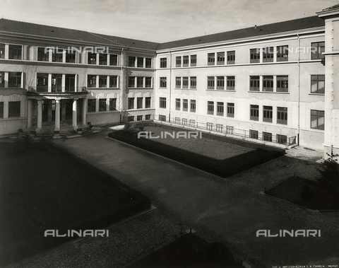 "FVQ-F-149006-0000 - Courtyard of the elementary school ""Luigi Cadorna"" in Via Carlo Dolci, Milan - Data dello scatto: 1940-1950 - Archivi Alinari, Firenze"