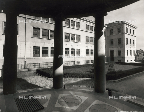 "FVQ-F-149007-0000 - Courtyard of the elementary school ""Luigi Cadorna"" in Via Carlo Dolci, Milan - Data dello scatto: 1940-1960 - Archivi Alinari, Firenze"