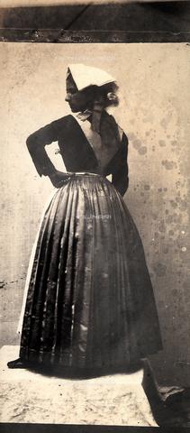 FVQ-F-149979-0000 - Ritratto da tergo di una giovane donna in abiti tradizionali laziali. - Data dello scatto: 1852 - 1854 - Raccolte Museali Fratelli Alinari (RMFA), Firenze