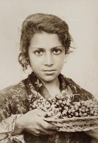 FVQ-F-150348-0000 - Sicilian girl with a bunch of grapes - Data dello scatto: 1914 - Archivi Alinari, Firenze
